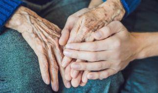 Nach dem Tod ihrer 93-jährigen Mutter wagte eine 69-Jährige ein bizarres Experiment (Symbolfoto). (Foto)
