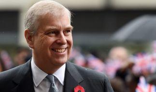 Prinz Andrew ist nach der Scheidung von Ex-Ehefrau Sarah Ferguson offiziell Single - doch wer wird den Brautvater zur Hochzeit von Prinzessin Eugenie begleiten? (Foto)