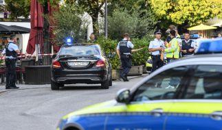 Polizisten stehen am abgesperrten Tatort auf dem Ravensburger Marienplatz.Ein Mann hatte in der Innenstadt drei Menschen mit einem Messer verletzt. (Foto)