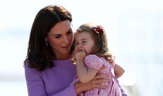 Herzogin Kate mit ihrer Tochter Prinzessin Charlotte während ihrer Deutschland-Reise. (Foto)