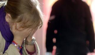 Über Jahre hinweg soll ein Mann seine minderjährige Enkeltochter missbraucht haben (Symbolbild). (Foto)