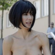 Unzensiert auf offener Straße! Sie zieht komplett blank (Foto)