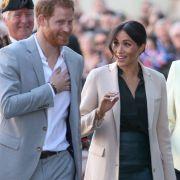 HIER küsst Prinz Harry eine andere Frau (Foto)