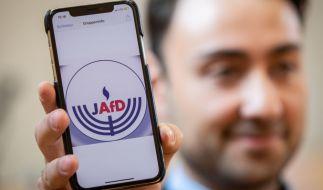 Beisitzer Leon Hakobian zeigt den vorläufigen Entwurf eines Logos der jüdischen Bundesvereinigung innerhalb der AfD. (Foto)