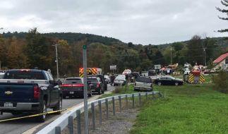 Rettungskräfte kommen zum Unfallort bei Schoharie im US-Bundesstaat New York. Hier sind nach Polizeiangaben 20 Menschen ums Leben gekommen. (Foto)