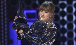Die Musikerin Taylor Swift wurde bei den American Music Awards 2018 zur Künstlerin des Jahres (artist of the year) gekürt. (Foto)