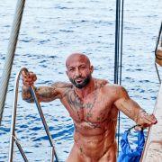 Antonino (36), Karosseriebauer und Fitnessmodel aus Ludwigburg in Baden-Württemberg freut sich an Bord der