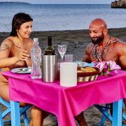 Antonio und Sarah kommen sich beim Dinner an Land näher. Alle Folgen von