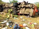 50 Tote! Bus rast über Böschung und stürzt in Abgrund