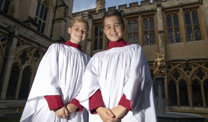 Leo Mills, (l,12) und Alexis Sheppard (11), Sänger des Chores der Windsor Castle-Kapelle, der bei der Hochzeit von Prinzessin Eugenie singt.