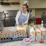 Das Brautpaar serviert seinen Gästen Roten Samtkuchen mit Schokolade. Hier bereitet Kuchen-Designerin Sophie Cabot die Hochzeitstorte im Buckingham Palace in London vor.