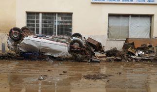 Ein Auto liegt nach einem schweren Unwetter auf Mallorca umgedreht auf einer Straße. (Foto)