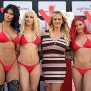 US-Erotikstar Stormy Daniels (M) eröffnete mit anderen Models die Erotikmesse
