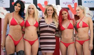"US-Erotikstar Stormy Daniels (M) eröffnete mit anderen Models die Erotikmesse ""Venus"" auf dem Messegelände in Berlin. (Foto)"