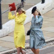 Die ersten Gäste kommen bei stürmischem Wetter an der St.-Georges-Kapelle von Schloss Windsor an.