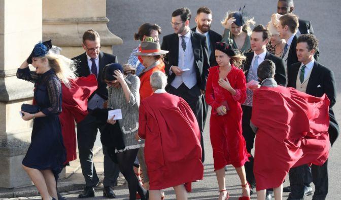 Prinz-Harry-Ex Chelsy Davy (l) und andere weibliche Gäste erreichen Schloss Windsor.