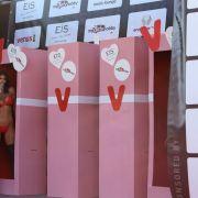 Die Gesichter der Venus entsprangen zu Beginn der Eröffnungsshow riesigen Puppenschachteln.
