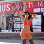 Micaela Schäfer posiert vor den Hallen der Venus 2018 in Berlin.