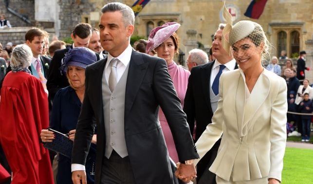 Robbie Williams kommt in Begleitung seiner Frau Ayda Field.