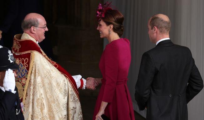 Kate Middleton begrüßt den Dekan. Ihr Mann Prinz William folgt der Herzogin von Cambridge.