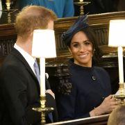 Prinz Harry und seine Frau Meghan Markle haben bereits in der Kapelle Platz genommen.