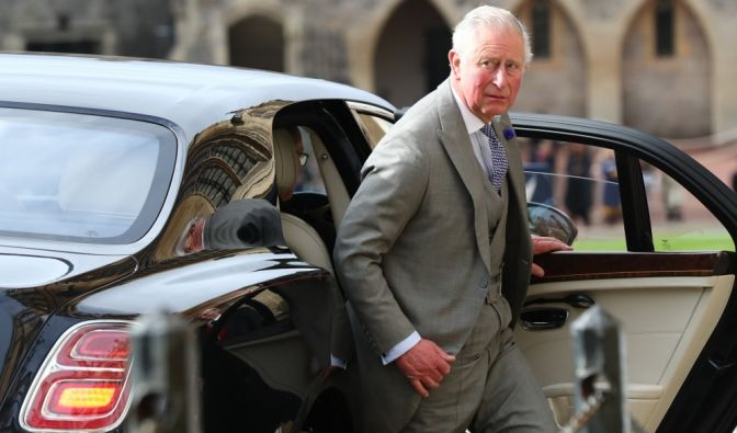 Prinz Charles steigt vor der Kapelle aus dem Auto.