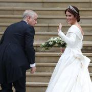 Prinzessin Eugenie winkt noch einmal vor dem Gang in die Kirche.
