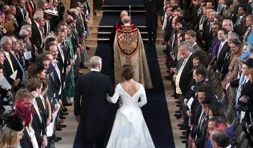 Prinz Andrew geht mit seiner Tochter Prinzessin Eugenie den Gang hinunter zu Eugenies Hochzeit mit Jack Brooksbank.