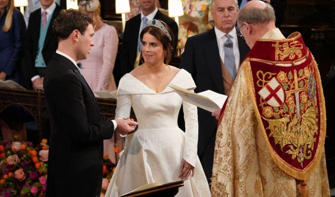 Bischof David Conner (r), Dekan von Windsor traut Eugenie und Jack.