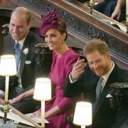 Kate und William sitzen neben Meghan und Harry, ...