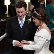 Prinzessin Eugenie lächelt, als ihr Jack Brooksbank den Ehering an den Finger steckt.