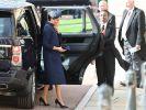 Meghan Markle entschied sich für die Hochzeit von Prinz Harrys Cousine Prinzessin Eugenie für ein elegantes Outfit in dunkelblau aus dem Hause Givenchy. (Foto)
