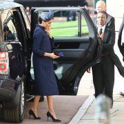 Meghan Markle entschied sich für die Hochzeit von Prinz Harrys Cousine Prinzessin Eugenie für ein elegantes Outfit in dunkelblau aus dem Hause Givenchy.