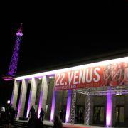 Der Eingang ins Erotik-Wunderland. Der Optik wegen bei Nacht aufgenommen. Links der illuminierte Funkturm von Berlin.
