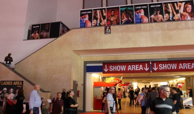 Nach oben geht es zur Ladies-Area mit Men-Strip, unten hindurch kommt man zur großen Showbühne.