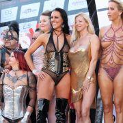 Texas Patti (im schwarzen Body) freut sich mit den anderen Venus-Girls auf die Erotikmesse.