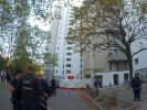 Polizisten stehen vor einem Hochhaus im Märkischen Viertel in Berlin. (Foto)