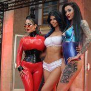 Domina Charlize (rechts) sorgte dank Hakenkreuz auf ihrem linken Oberschenkel neben ihren Kolleginnen Medusa (links) und Micaela Schäfer (mitte) für einen Skandal.