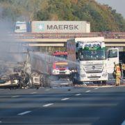 Tanklaster in Flammen - Lastwagenfahrer stirbt! (Foto)