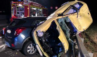 Die beiden Unfallwagen sind ineinander verkeilt. (Foto)