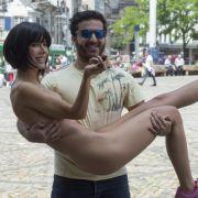 HIER spreizt Nacktkünstlerin Milo ihre Beine (Foto)