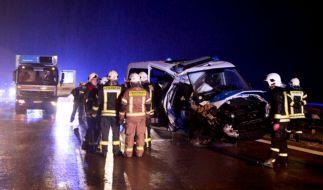 Dieser Streifenwagen rammte zwei Lkws und einen Pkw in der Rettungsgasse auf der A12 bei Storkow. (Foto)