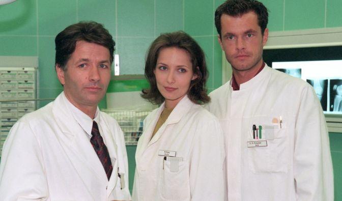 """So fing alles an: Die """"In aller Freundschaft""""-Stars Thomas Rühmann (als Dr. Roland Heilmann), Ina Rudolph (als Maia Dietz) und Joachim Kretzer (als Dr. Joachim Kreutzer (Joachim Kretzer) 1998 am Set der Serie. (Foto)"""