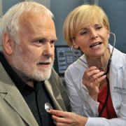 Sänger Gunther Emmerlich wurde bereits in der Sachsenklinik verarztet - hier kümmert sich Andrea Kathrin Loewig alias Dr. Kathrin Globisch fachkundig um den prominenten