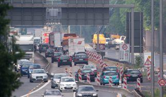 An einer Autobahnbaustelle bei Köln erfasst und tötet ein LKW einen Baustellen-Arbeiter. (Foto)