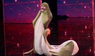 """Sethward Allison versucht bei """"Das Supertalent"""" sein Glück als Schlange. (Foto)"""