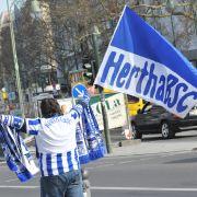 Hertha-Fans attackieren Polizei mit Toiletten-Schüsseln (Foto)