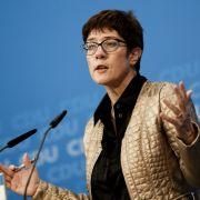 Annegret Kramp-Karrenbauer, Generalsekretärin der Christlich Demokratische Union Deutschlands (CDU), spricht am Abend nach der Landtagswahl in Hessen in der Parteizentrale.