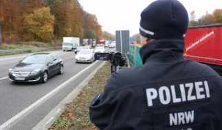 Nach einem tödlichen Unfall auf der A44 bei Unna geht die Polizei juristisch gegen Gaffer vor (Symbolbild). (Foto)