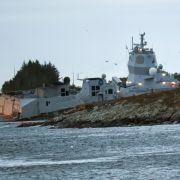 Vor Norwegen rammt ein norwegisches Kriegsschiff einen Tanker und droht zu sinken.